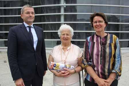 """Wiedersehen: Georg Felsheim, heute Deutsche Botschaft Paris, machte den ersten Schüleraustausch mit, Marie-Therèse Grillemont, damals stellvertretende Bürgermeisterin, gehörte zu denen, die die Partnerschaft 1977 mit begründeten und Marie Pierre Allard-Latour war damals die """"Gastschwester"""" von Georg Felsheim."""