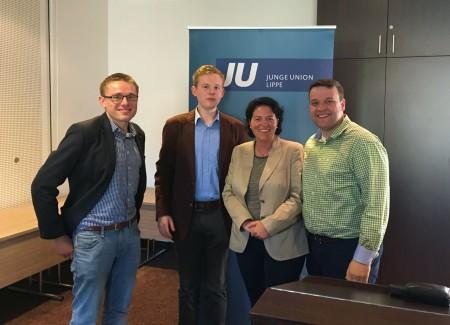 Bild von links: Christian Fritzemeier (Kreisvorsitzender JU Lippe), Moderator Janik Wiemann, Kerstin Vieregge (Bundestagskandidatin und Kreisvorsitzende der CDU Lippe) und Lars W. Brakhage (Bezirksvorsitzender JU-OWL)