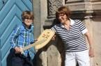 """Museumsbegleiterin Gerburg Koch und ihr siebenjähriger Enkel Quentin Kluger  freuen sich schon auf die Erlebnisführung """"Am Schloss, im Schloss und ums Schloss herum"""" am Sonntag, 6. August, um 15 Uhr in Brake."""
