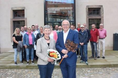 Wo gehobelt wird, fallen bekanntlich auch Späne – das wissen auch Museumsdirektorin Dr. Vera Lüpkes (links) und Abteilungsleiter Johannes Engelmann (rechts) vom krz. Die im Schloss Brake ansässigen Mitarbeiterinnen und Mitarbeiter zeigten Verständnis und freuten sich über die exklusive Führung durch die neuen Räume.