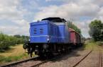 Am 6. August ist die Landeseisenbahn Lippe mit der blauen Diesellok V.2.004 - hier bei der Ausfahrt im Bahnhof Farmbeck - und dem Ferienexpress in Nordlippe unterwegs © Michael Rehfeld