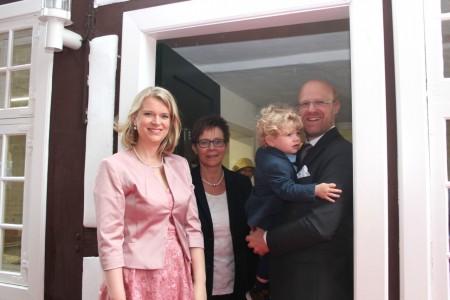 Trauung an historischem Ort: Braut Martina Dammann, Standesbeamtin Klaudia Pähler und Bräutigam Alexander Dammann mit Sohn Emil.