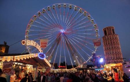 Im Riesenrad, dem Wahrzeichen des Blasheimer Marktes, bieten sich bei gemäßigtem Tempo Panoramablicke weit in das Lübbecker Land.