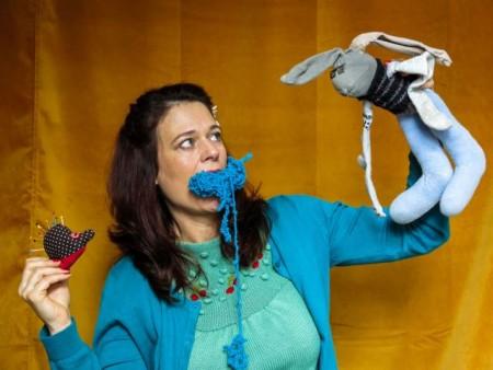 """Theater Lakritz: Eine Märchenerzählerin """"plaudert aus dem Nähkästchen"""" und erzählt die Geschichte vom Hasen und vom Igel."""