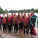 Jugendliche fahren mit den Ferienspielen Wasserski in Sande