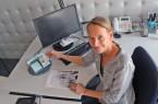 Bürgerbüro-Leiterin Sabine Merschbrock mit einem sogenannten Änderungsterminal, an dem die Online-Ausweisfunktion eingeschaltet werden kann.