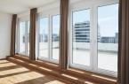 Blick aus einem der fünf Penthouse Appartments mit Dachterrasse. Raumseits sind die Profile der Fenstertüren neutral gehalten (System Schüco Corona SI 82).Foto:Schueko
