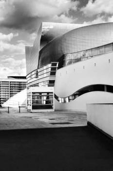 Bilder einer Ausstellung: das Theater Equinoxe in Châteauroux und ein nicht alltäglicher Blick auf die Gütersloher Rathausfassade © Sophie Pamart, 2017