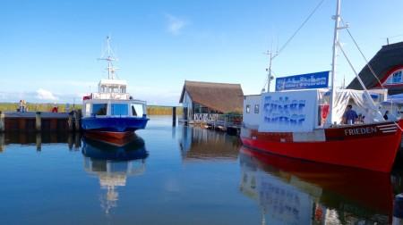 Ob Hafenrundfahrt, Bootsverleih, Kultur, Natur oder Gastronomie – maritime Vielfalt am Bodden bietet der Zingster Hafen. Foto: Klaus Ottenberg