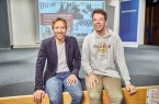 """Danny Reinhardt, Redaktionsleiter der RTL Redaktion """"Punkt 12"""" und Seminarleiter der RTL-Journalistenschule, lässt Schüler der Janusz-Korczak-Gesamtschule hinter die Kulissen der Journalistenausbildung blicken."""