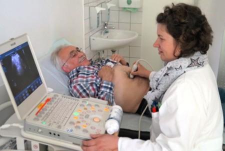 Mit einer Ultraschalluntersuchung kann ein Aneurysma frühzeitig erkannt und anschließend vorbeugende Maßnahmen ergriffen werden. Das Bild zeigt Chirurgin Dr. Edelgard Berger und Dieter Müller, der sich beim letzten Bauchaortenaneurysma-Screeningtag im Klinikum Gütersloh im vergangenen Jahr untersuchen ließ.