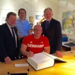 Frank Tinnemeier verewigt sich im Goldenen Buch der Alten Hansestadt