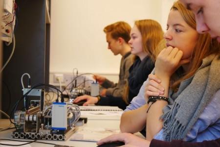 Konzentriert bei der Arbeit: Die Teilnehmerinnen und Teilnehmer konnten bei einem Besuch des Gütersloher Studienorts der Fachhochschule Bielefeld Programmieraufgaben lösen.