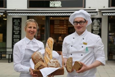 """AUSGEZEICHNET Christina Brösicke und Marcel Schlinga aus der Manufaktur """"Das Brot."""" zeigen die prämierten Brote. Foto: Leitzke, Matthias"""