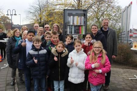 """Paten, Spender, Nutzer, Gäste: Der vierte Gütersloher """"Offene Bücherschrank"""" in Avenwedde kommt bei allen gut an."""