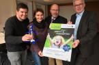 BieleFriends-Award Gewinner 2017: Marius Rahe (Bültmanns- hofschule), Dr. Wiebke Homann (NABU Bielefeld) und Heinrich Din- gerdissen (Kreisjägerschaft Hubertus) mit Stadtwerke Geschäftsführer Friedhelm Rieke.