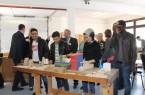 """Teilnehmer des Modellprojekts """"18/25"""" in der Holzwerkstatt – junge Geflüchtete orientieren sich beruflich"""