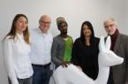 (von links): Tatiana und Mathias Schulenberg (Prof. Lauermann Design GmbH); Produktionshelfer Aliou Bah; Selen Saner (Agentur für Arbeit Detmold); Rudolf Obermeier (Industrie- und Handelskammer) Lippe zu Detmold