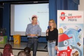 """: Regine Lükermann vom Kreis Lippe und Schulleiter Stefan Fromme begrüßen die Schüler zu ihrer """"Ausbildung"""" zu Wertstoffprofis."""