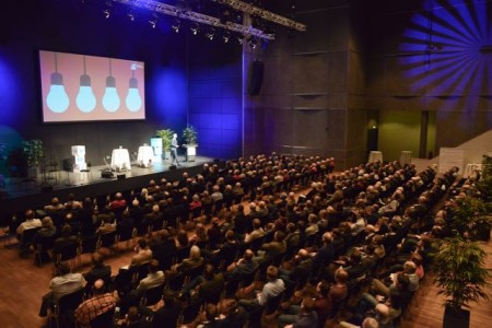 """Das Interesse an """"Autocalypse now"""" war groß: Rund 350 Menschen diskutierten auf Einladung von VDI und VDE OWL im kleinen Saal der Stadthalle über Verkehrsmodelle der Zukunft."""