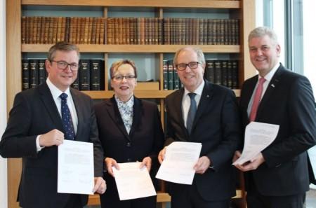 Haben den Startschuss für die Digitale Modellregion Ostwestfalen-Lippe gegeben (von links): Bürgermeister Michael Dreier (Paderborn), Regierungspräsidentin Marianne Thomann-Stahl, Landrat Manfred Müller (Paderborn) und Bürgermeister Werner Peitz (Delbrück).