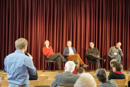Fragen aus dem Publikum an Dipl. Psychologen Alexander Frohn (2.v.l. auf dem Podium)