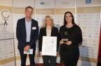 (EuPD Research Sustainable Management GmbH): (v. l.) Thomas Holm, Leiter des Gesundheitsmanagements bei der Techniker Krankenkasse, überreichte den Preis an Diana Riedel und Sandra Bischof.