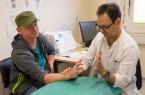 Oberarzt  Michael Stoffels kontrolliert die Fortschritte, die Alexander Ebert dank Reha-Maßnahmen macht