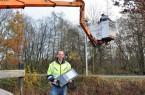 Karsten Knöbel (vorne) und Heinz Blankert (im Hubsteiger) von der Firma Börger Elektrotechnik haben insgesamt zwölf Laternenköpfe zwischen Hauptstraße und Am Werl installiert.