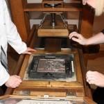 Historische Druckerpresse selbst bedienen