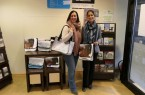 Kerstin Pahnke und Miriam Canfora freuen sich über die Taschen