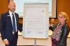 Jobcenter-Vorstand Henning Matthes und Birgit Potthoff-Edler, 2. stellvertretende Personalratsvorsitzende, präsentieren die Grundsatzerklärung des Jobcenters Lippe gegen Gewalt am Arbeitsplatz.