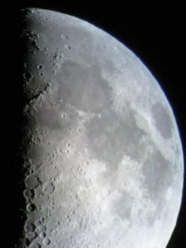 Bei klarem Himmel kann der Mond mit seinen Kratern beobachtet werden.