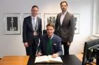 Staatssekretär Andreas Bothe trug sich zum Abschluss seines Besuchs in Rheda-Wiedenbrück in das Goldene Buch der Stadt ein. Begleitet wurde er von Marc Lürbke, stellvertretender Vorsitzender der FDP-Landtagsfraktion.