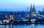 Das Rheinufer bei Nacht mit beleuchteten Gebäuden, aus denen der Kölner Dom hinausragt Copyright: © Udo Haake / KölnTourismus GmbH