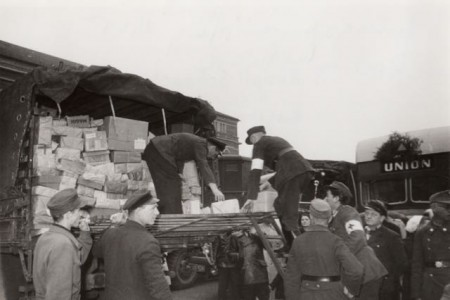 Abholen von Liebesgaben und Verteilung durch das DRK, 1945 (Foto: © DRK Ortsverein Minden)