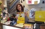 """Inhaberin Britta Kusmierz hält die begehrten Briefmarken in der Hand. Ihr Fachgeschäft """"TRENDS"""" ist neue DHL-Partnerin in der Bürener Innenstadt."""