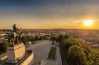 Blick von Vitkóv auf Prag. Das Nationaldenkmal entstand ab 1928, das Reiterstandbild des Hussitenführers Jan Žižka 1950. Foto: CzechTourism/UPVISION