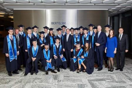 21 Konzernstudenten erhielten kürzlich ihre Abschlussurkunden aus den Händen von Bertelsmann-Personalvorstand Immanuel Hermreck (Mitte).