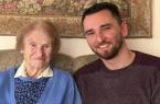 Hildegard Lange und Jens Sander, Leiter Hausnotruf der Malteser Ostwestfalen-Lippe haben sich zum gemütlichen Plausch auf dem Sofa niedergelassen.