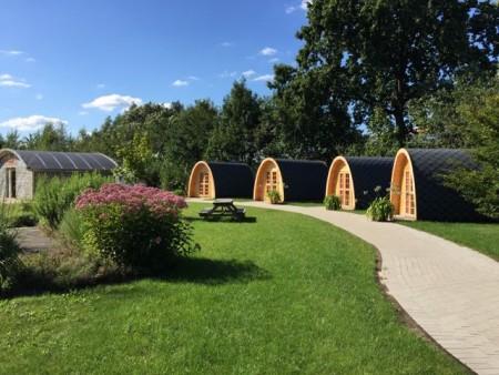 Camping Pods werden die halbrunden Holzfässer genannt .Copyright: © Gartenschaupark Rietberg GmbH