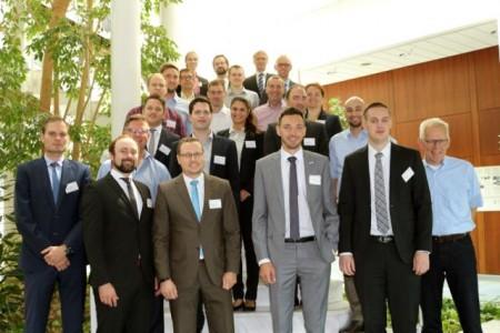 Das Projektkonsortium nach erfolgreichem Abschluss des Meilensteins mit Projektleiter Prof. Dr.-Ing. Jürgen Gausemeier (rechts).Foto (Universität Paderborn Heinz Nixdorf Institut)