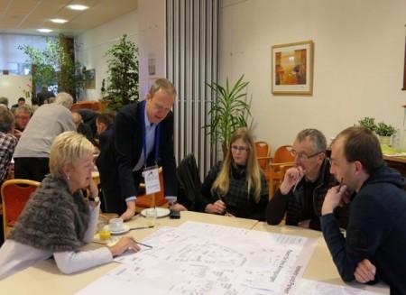 Malte Wittbecker moderiert einen Ideentisch