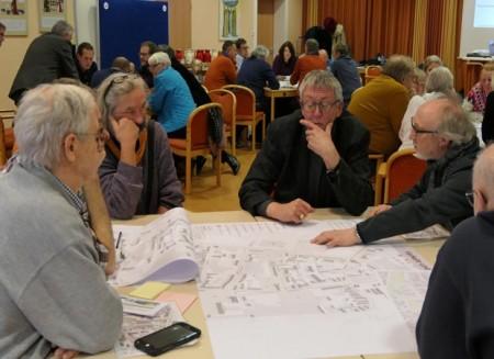 Teilnehmende diskutieren ihre Ideen