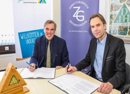Bernd Dohn (l.) und Prof. Dr. Peter Fäßler unterzeichnen den Kooperationsvertrag über 100.000 Euro. Foto: © Universität Paderborn, J. Pauly