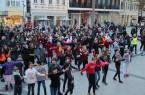 Hunderte Menschen versammelten sich um ein Zeichen gegen Gewalt an Mädchen und Frauen zu setzen. Foto: © Stadt Detmold