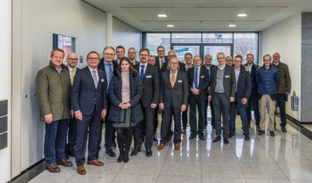 Der IHK-Industrieausschuss zu Gast bei der Spier GmbH & Co. Fahrzeugwerk KG in Steinheim. Foto: Spier