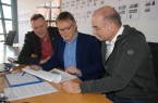 Jury Brückenwettbewerb 2018 (v.l.): Dipl.-Ing. Georg Wiemann, Juryvorsitzender, Dipl.-Ing. Axel Springsfeld und Prof. Dipl.-Ing. Balthasar Gehlen bewerten die Wettbewerbsbeiträge.