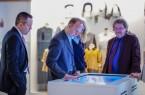 Migrationsgeschichte am Touchscreen - v.l. Vorstandsvorsitzender Witalis Hagelgans, Heiko Hendricks, Valeria Diewald und Prof. Dr. Hans-Ulrich Baumgarten