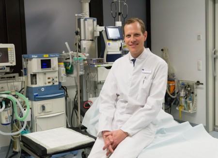 Dr. Philipp Bula – hier in einem Behandlungszimmer der Zentralen Notaufnahme – ist Anfang März als neuer Chefarzt an das Klinikum Gütersloh gewechselt. Foto: © Klinikum Gütersloh